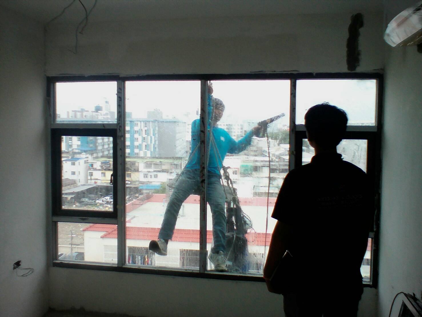ติงตั้งประตู/หน้าต่าง กระจกและอลูมิเนียม คอนโด 8 ชั้น ชื่อดีมูระ. พหลโยธิน 34